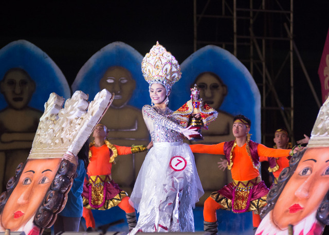 PIT SENYOR.  Mary Claire Briones of Hugpong Karasikas of Barangay Santa Cruz, Cebu City performs with her contingent during the Sinulog Festival Queen 2018 coronation night at the Cebu City Sports Center