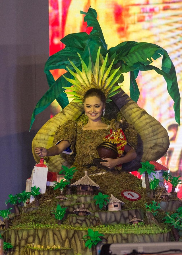VIRAL BEAUTY.  Isabel Dalag Luche of Tribu Kandaya of Daanbantayan, Cebu clinched the Best in Festival Costume Award designed by Mark Barry Luche in the Sinulog Festival Queen 2018 competition. The costume's theme is diversity becoming unified in homage to the Sr Sto Niño
