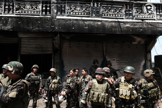 MARAWI WAR. Government forces have been fighting the Maute local terror group in Marawi City for nearly 4 months now. Photo by Bobby Lagsa/Rappler