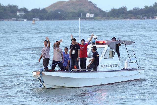 HEADING HOME. The 5 Vietnamese fishermen wave goodbye to Philippine President Rodrigo Duterte. Malacañang photo