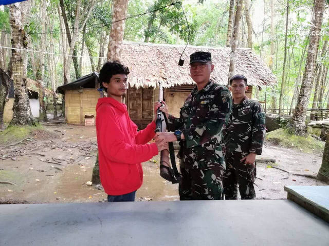 SURRENDERING ARMS. One of the two Abu Sayyaf members relinquishes his M1 Garand to the military. Photo by Richard Falcatan/Rappler