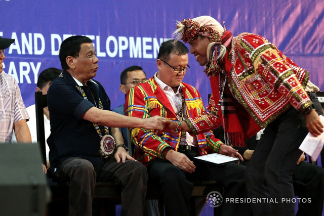 MINDANAO CONCERNS. President Rodrigo Duterte shakes hands with Supreme Tribal Council for Peace and Development executive chairman Datu Roel Ali Sr in Davao City. Malacañang file photo