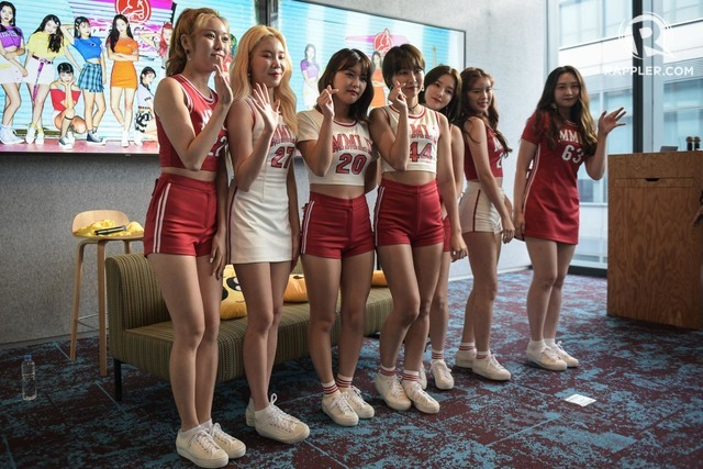 PHOTO OP. Momoland poses for the cameras.