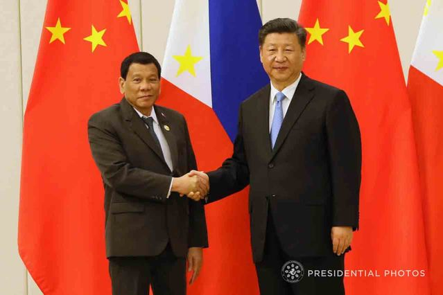 FRIENDSHIP FORWARD. Philippine President Rodrigo Duterte and Chinese President Xi Jinping pose for a photo following a bilateral meeting at the Boao State Guesthouse on April 10, 2018. Malacañang file photo