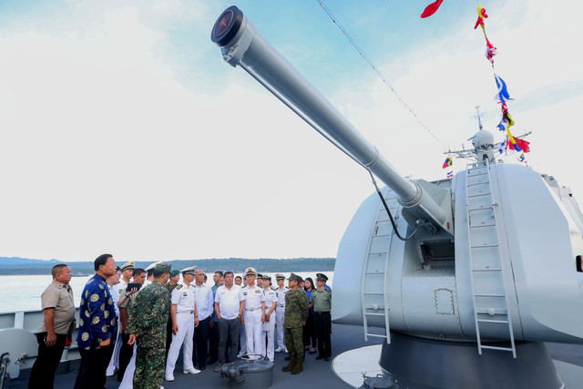 MILITARY MIGHT. Philippine President Rodrigo Duterte inspects various equipment aboard Chinese guided missile destroyer Chang Chun. Malacañang photo