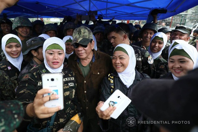 BOOST TO MORALE. President Rodrigo Duterte poses for a selfie with soldiers in Marawi during his 7th visit there. Presidential photo