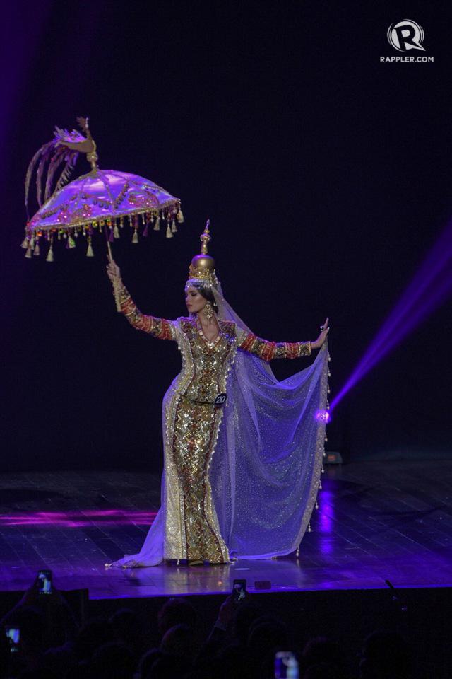 THE QUEEN. Catriona Gray channels her inner Muslim princess in a Jeasrson Demavivas creation.