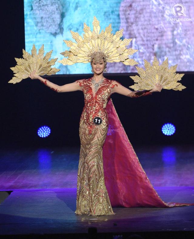LIGHT. Aya Abesamis showcases Chico Estiva's Muslim inspired national costume.