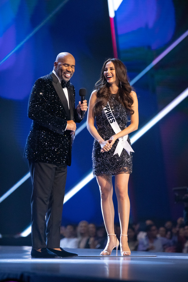 RAISE YOUR FLAG. Catriona Gray, Miss Philippines 2018 on stage in fashion by Sherri Hill with host Steve Harvey. Photo by the Miss Universe Organization