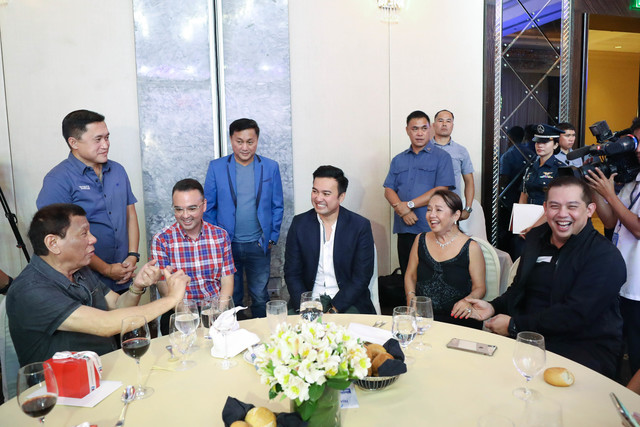 SPEAKERSHIP RACE. President Rodrigo Duterte shares a table with 3 Speaker hopefuls and Speaker Gloria Macapagal Arroyo during the HNP thanksgiving dinner. Malacañang photo