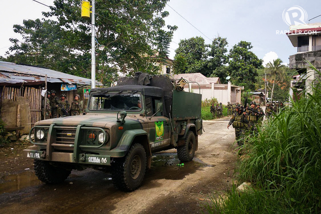 ASSAULT. Goverment troops prepare to flush Maute Group members out of Marawi on Wednesday, May 25, 2017. Photo by Bobby Lagsa/Rappler