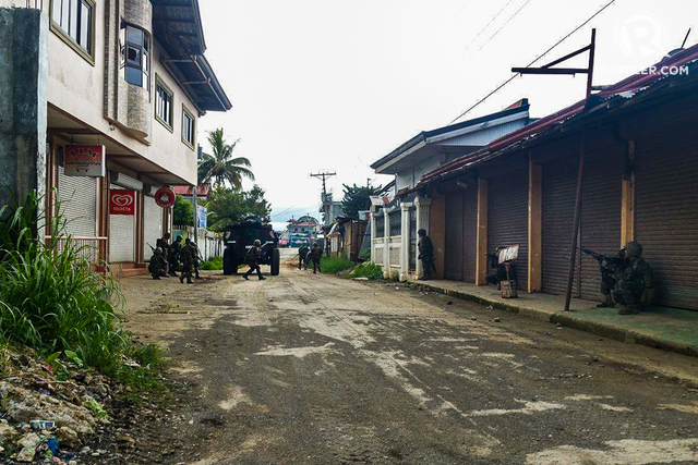 GHOST TOWN. A row of closed shops on a street in Marawi City. Photo by Bobby Lagsa/Rappler