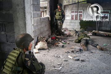 ONGOING OPERATION. Government troops prepare to assault the Maute group in Marawi City on May 25, 2017. Photo by Bobby Lagsa/Rappler