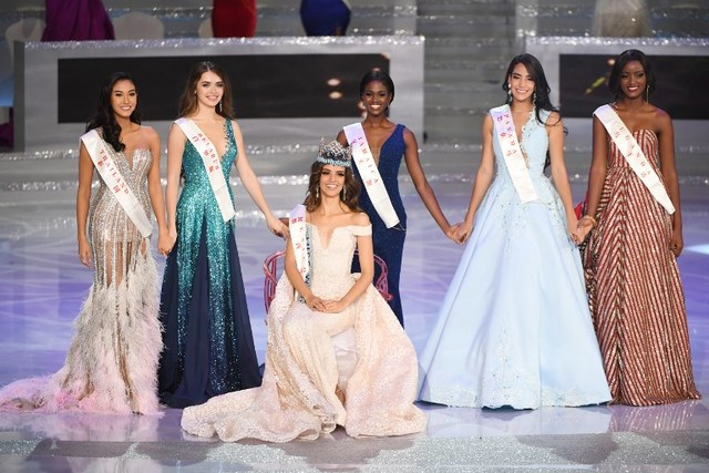 CONTINENTAL QUEENS. Miss Mexico Vanessa Ponce de Leon (C)  is jopined by runner-up Miss Thailand Nicolene Pichapa Limsnukan (L), Miss Belarus Maria Vasilevich (2L), Miss Jamaica Kadijah Robinson (3R), Miss Panama Solaris Barba (2R) and Miss Uganda Quiin Abenakyo (R) in Sanya on the tropical Chinese island of Hainan on December 8, 2018. Photo by Greg Baker / AFP