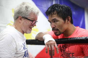 reputable site 81efb 8a73b Manny Pacquiao and longtime trainer Freddie Roach take a break from a  sparring session