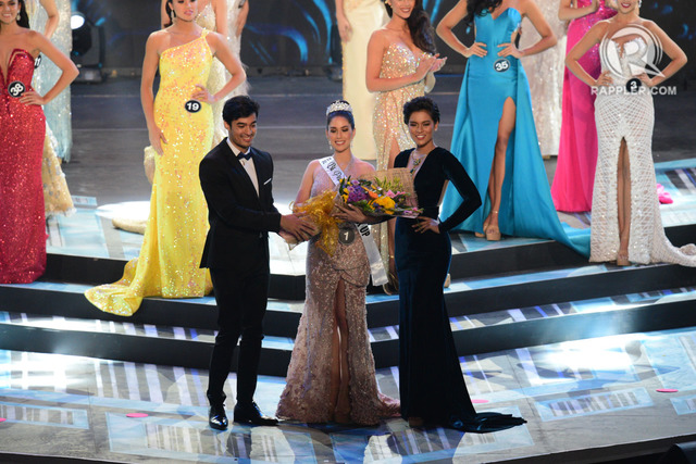 1ST RUNNER-UP. Vickie Rushton is awarded 1st runner-up by Charmaine Elima. Photo by Rappler