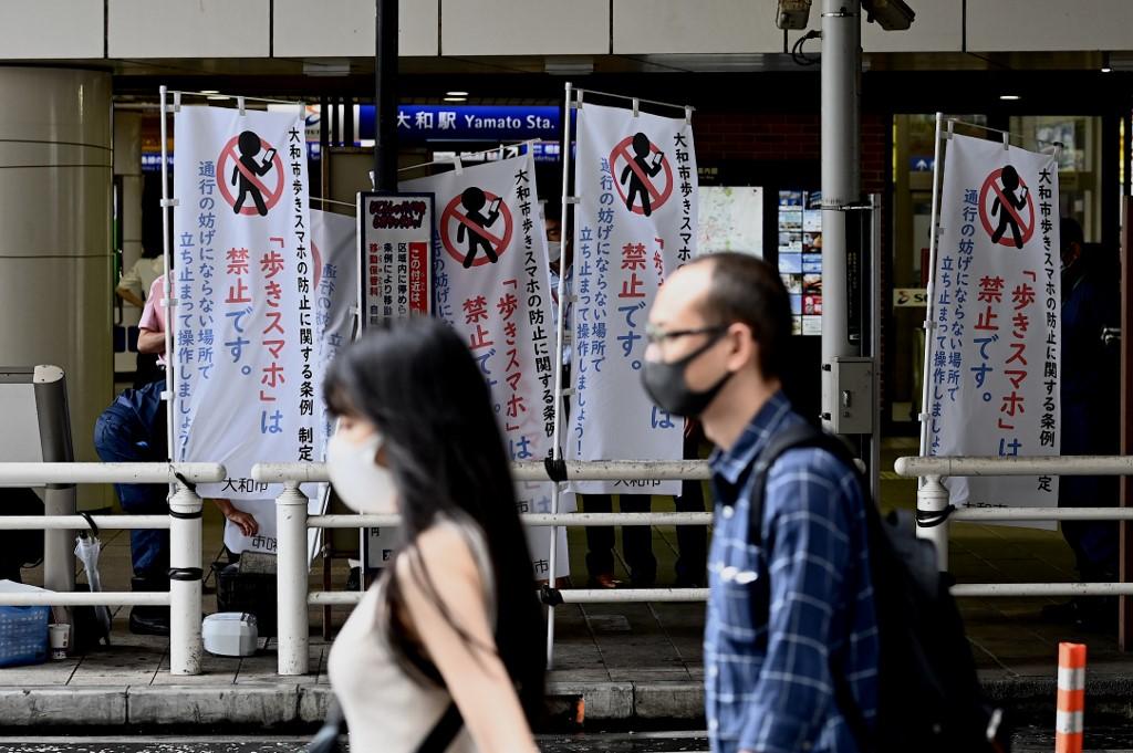 Walkie, no talkie: Japan city launches pedestrian smartphone ban